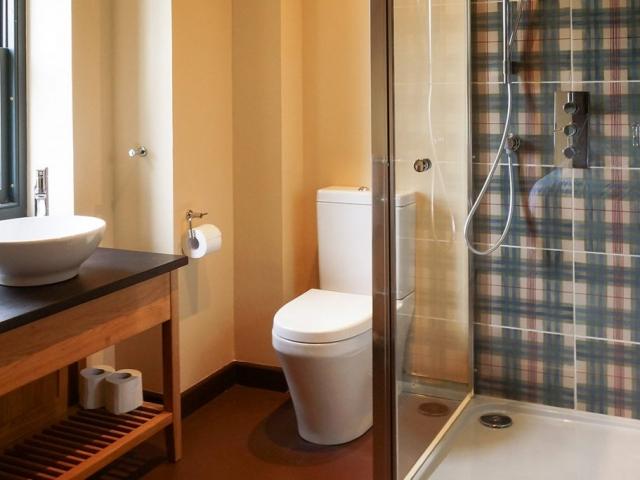 Eilean Donan Apartments, Sleeps eight, bathroom